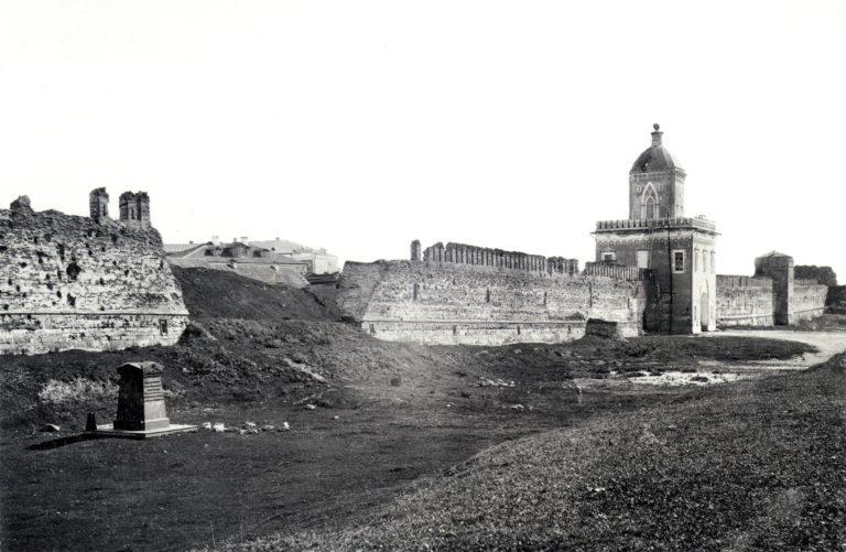 Памятник П.И. Энгельгардту и Молоховские ворота. 1885