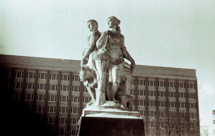 Монумент «Три грации», стоявший на Колхозной площади во второй половине XX века