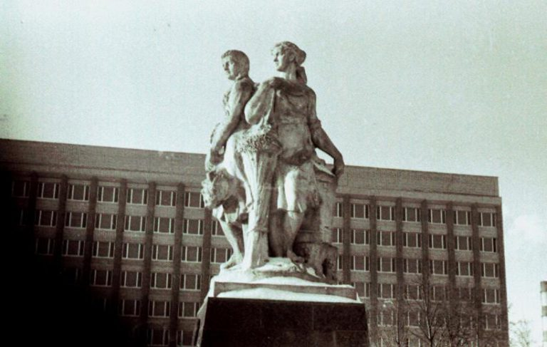 """Монумент """"Три грации"""", стоявший на Колхозной площади во второй половине XX века"""