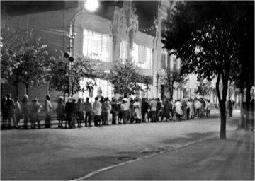 Очередь за хлебом на улице Ленина в 1991 году
