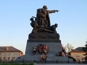 Памятник Михаилу Григорьевичу Ефремову в городе Вязьма
