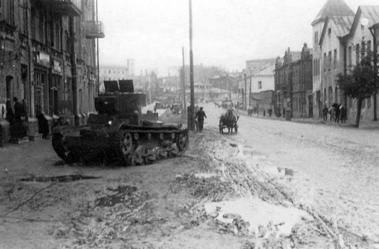 Фотоистория: подбитые советские танки на улицах Смоленска во времена ВоВ