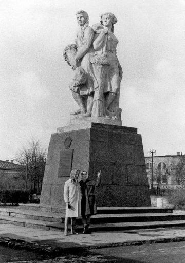 История памятника «Три колхозницы»