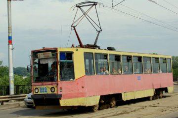 Трамвай на улицах города в девяностых и нулевых