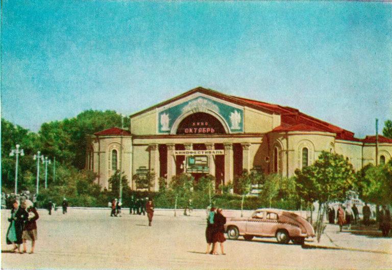 Вид на кинотеатр с площади Смирнова во время проведения одного из кинофестивалей, 1957-1958