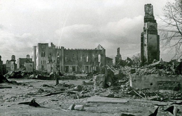 Здание синагоги во времена войны. Вид с боковой стороны