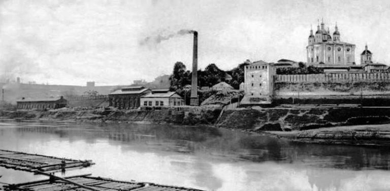 Здание городской электростанции у берегов Днепра