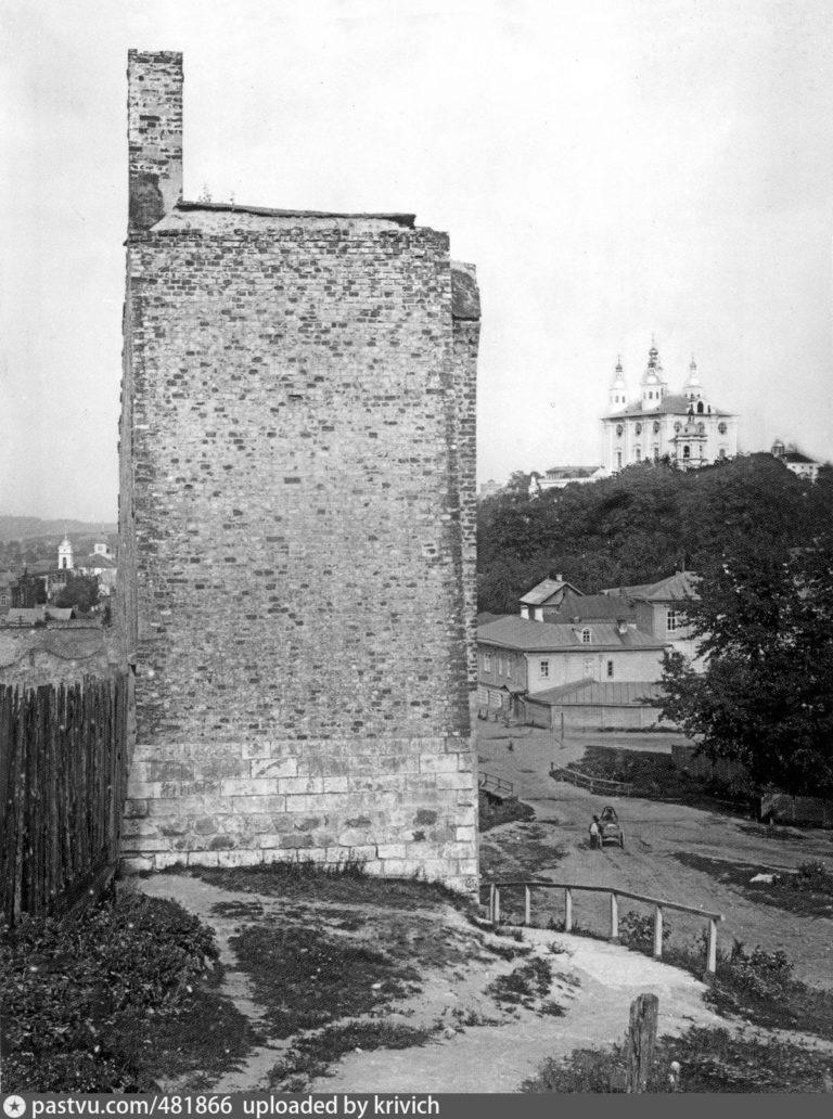 Крепостная стена и Успенский собор. Справа — Большая Казанская улица и мост через Пятницкий ручей. 1907