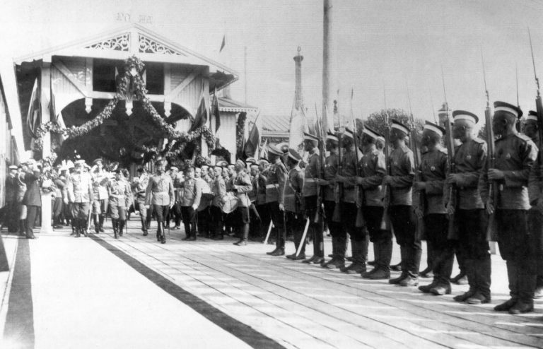 Император Николай II обходит строй почётного караула от Софийского полка. Фотоателье «К.Е. фон Ган и К».РГАКФД. Арх. № 5-1690.