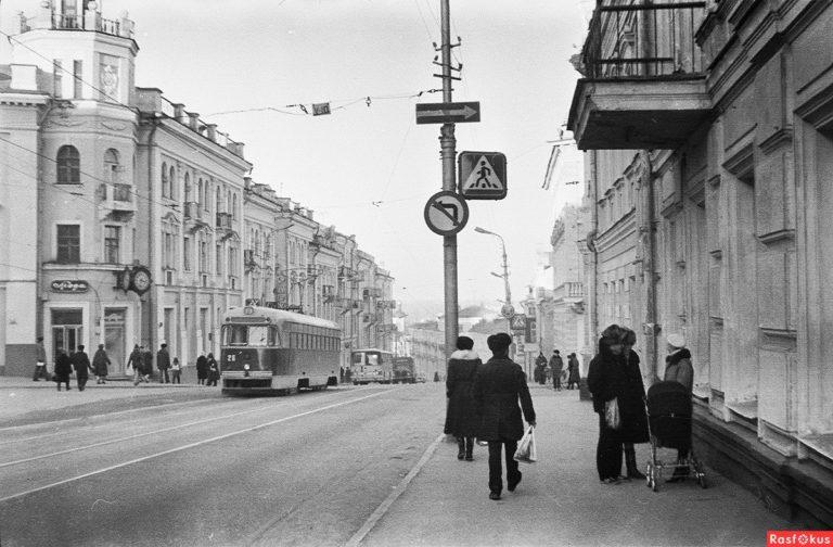 Улица Большая Советская. Трамвай в районе пересечения с улицей Ленина. Фото с противоположной стороны. 1988