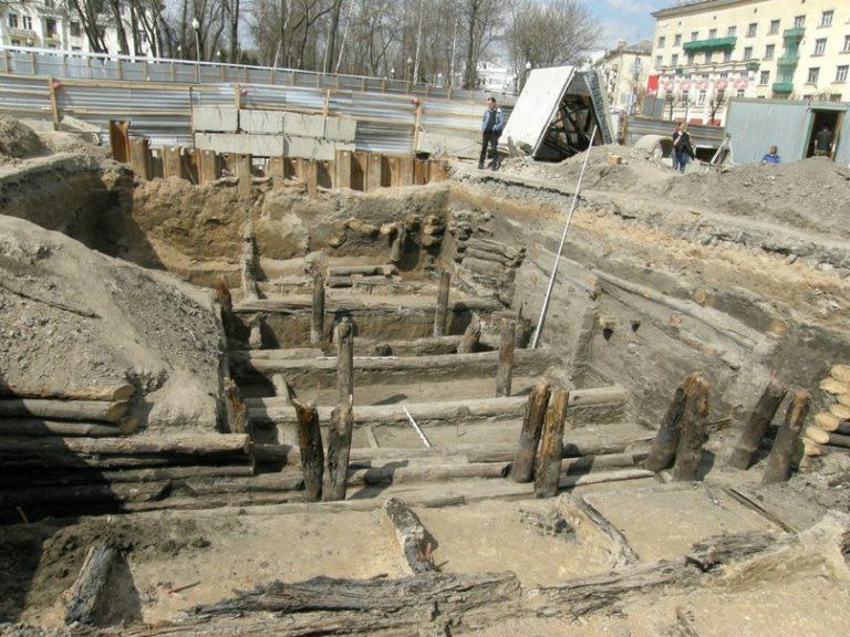 Фотоматериал с раскопок на площади Победы, с места строительства подземного перехода