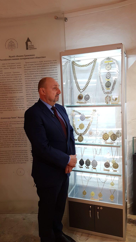 Игорь Трапезников у музейного стенда