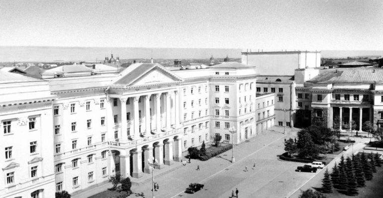 Восстановленный Смоленск. Слева – Дом Советов