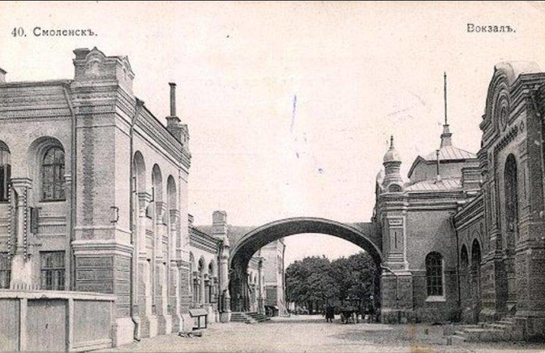 Пути были с обеих сторон, а вокзалы стояли между ними параллельно оба здания, слева: Риго-Орловский, а справа Брест-Московский, они соединялись аркой с часами