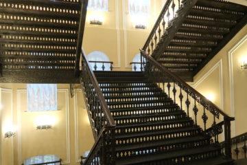 Пожалуй, самая роскошная лестница нашего города. А вы знаете, где она находится?