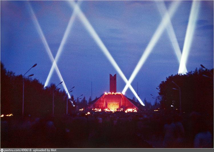 Факельное шествие к Кургану Бессмертия в день 30-летия Победы
