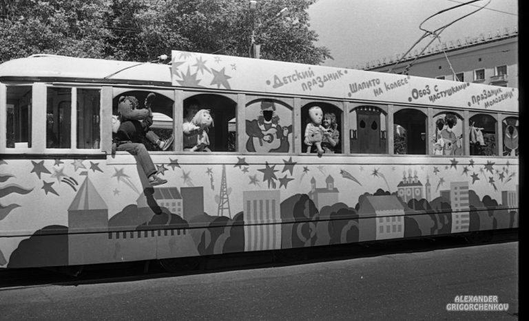 Центральной фигурой был трамвай из которого выглядывали разные ряженые.
