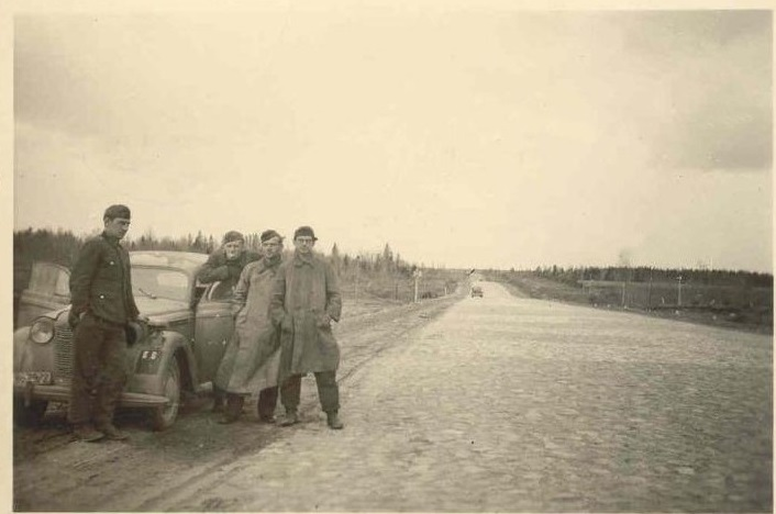 Немецкие солдаты на шоссе Москва-Минск, 1942 год; видно, что эта часть дороги была не заасфальтирована, а вымощена камнем