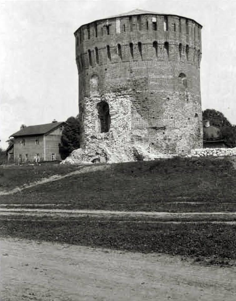 Евстафьевская башня, разрушенная немцами при отступлении