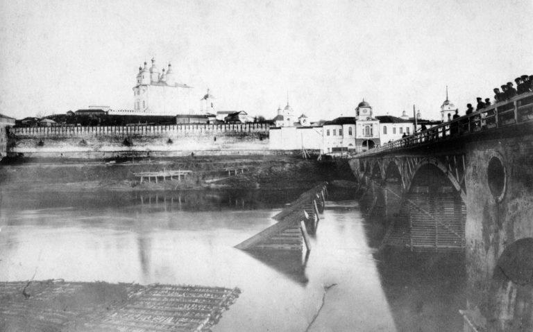 Ледокольные конструкции перед мостом. 1889