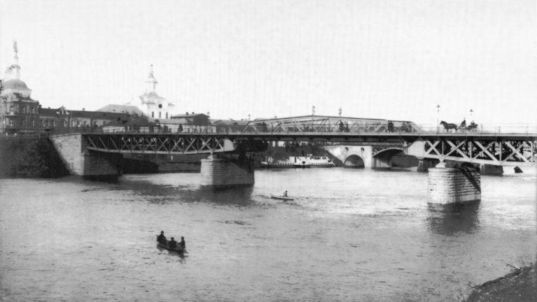 Железный мост. Вдали виднеется пароход. 1906