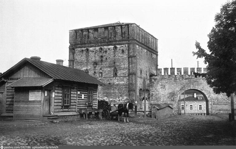 Арка в Никольских воротах для проезда гужевого транспорта, 1903 год