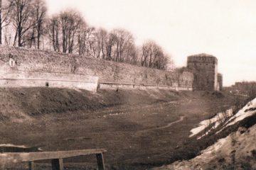 Пруд у крепостной стены между башней Бублейка и Колесом обозрения
