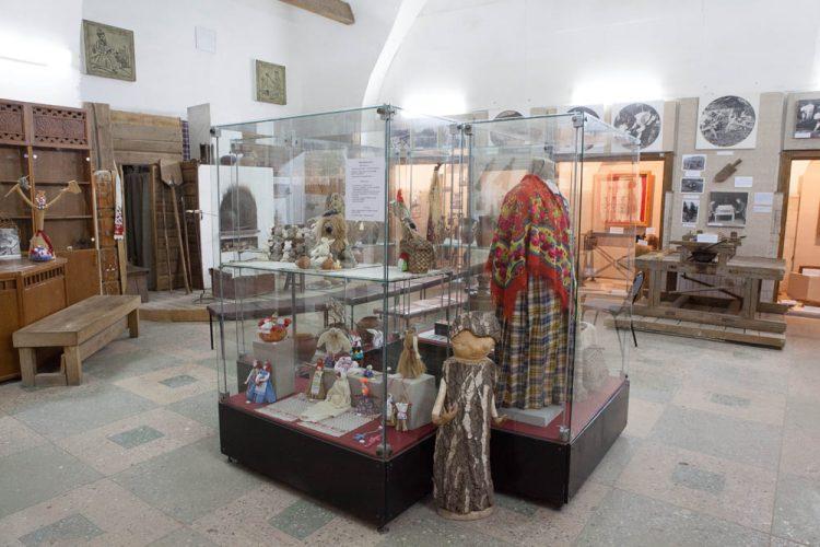 Экспозиция музея «Смоленский лён» в Никольской башне Смоленской крепостной стены (ул. Жукова)