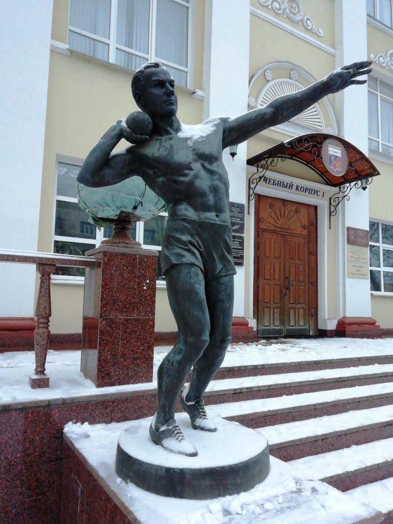 Статуи атлетов у физакадемии