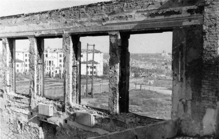 Разрушенная часть главного корпуса училища.