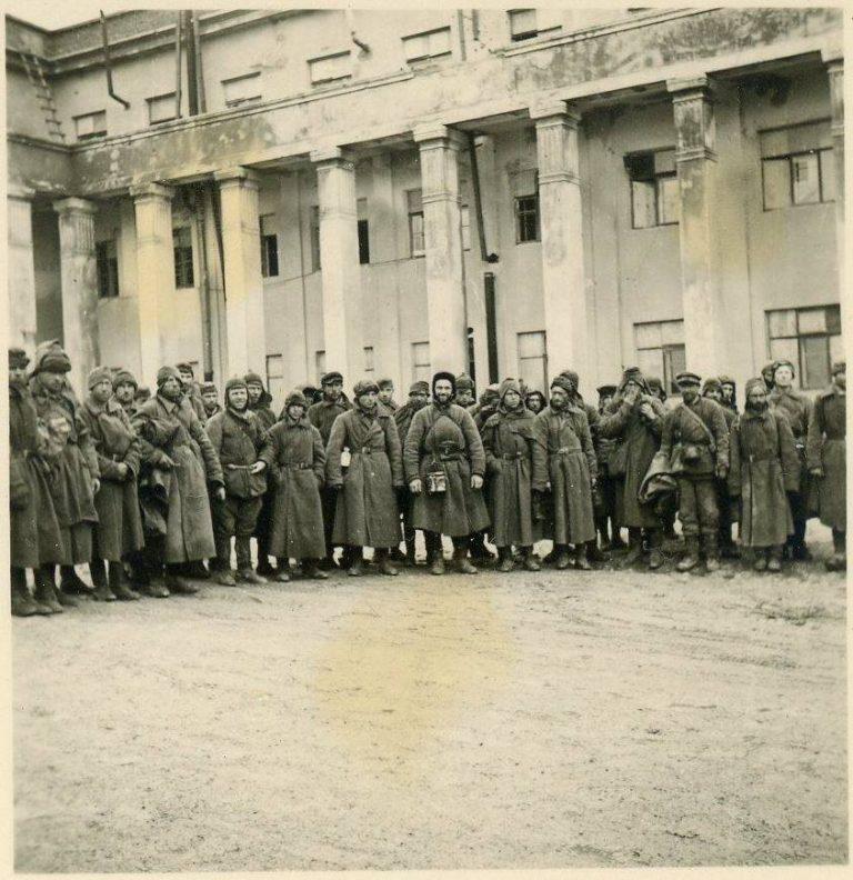 Военнопленные у здания училища